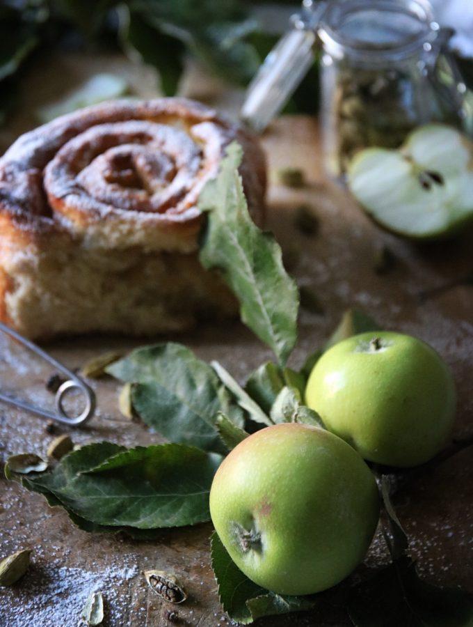 saftiga kardemummabullar med äppelfyllning