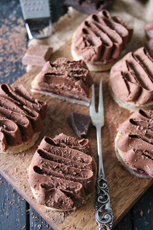 vaniljkaka med sylt och chokladkräm