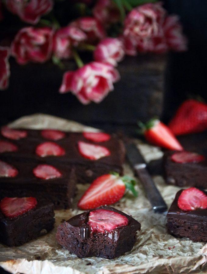 fudge brownie med jordgubbar