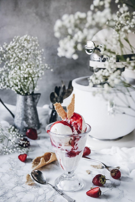 vaniljglass med jordgubbssås