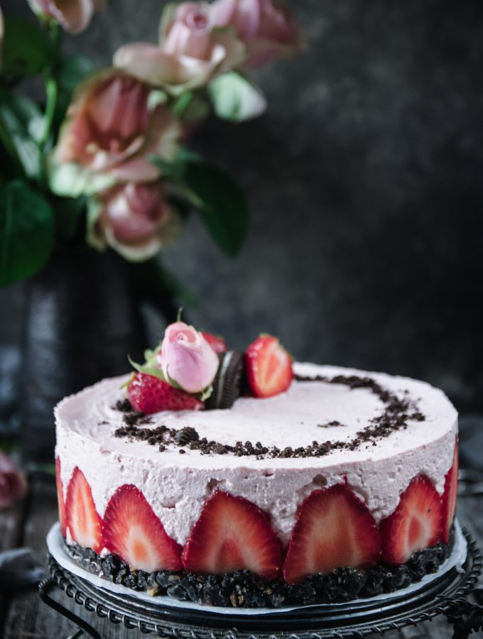 no-bake jordgubb och vit chokladcheesecake